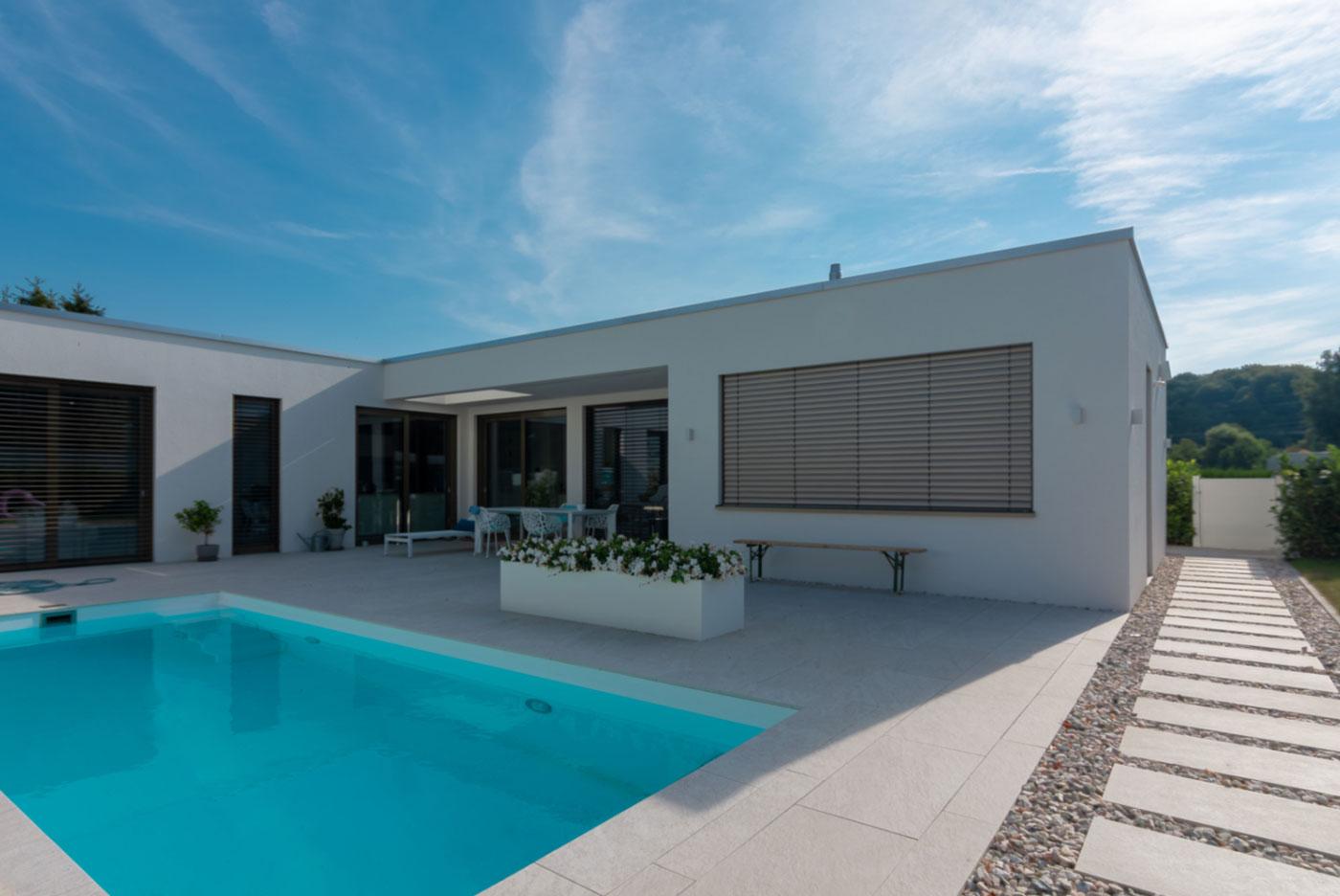 Einfamilienhaus, Pool, Flachdach, Bauhausstil, modern, planen
